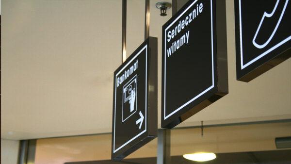 Die Leuchttafel informiert den Kunden wo der Bankautomat steht