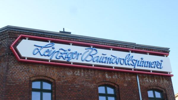 Die Außenwerbeanlage der Leipziger Baumwollspinnerei in Neonoptik
