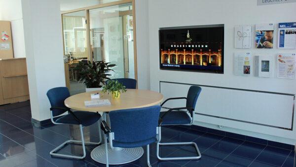 Bildschirme in verschiedenen Größen für Produktwerbung und Informationen zum Unternehmen