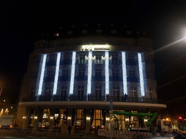 Lichterketten kalt weiß als Weihnachtsbeleuchtung für Großkonzerne und Werbezwecke