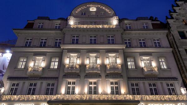 Das Hotel Fürstenhof erstrahlt in warmweißen Lichterketten