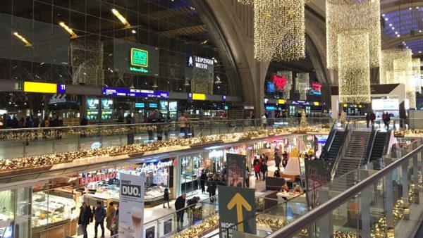 Der Leipziger Hauptbahnhof erstrahlt durch warmweiße Lichterketten.